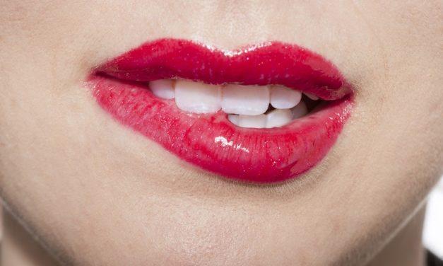 Perfekcyjny makijaż ust – poznaj kilka prostych zasad według Maybelline