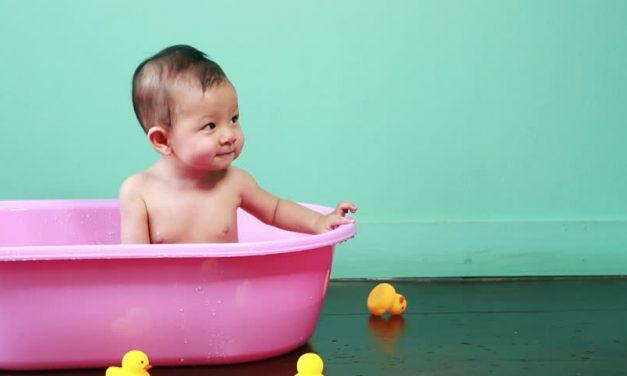 Akcesoria do kąpieli: jak wybrać wanienkę dla dziecka?