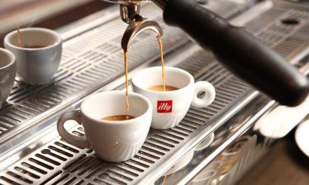 Spotkanie z przyjaciółmi pretekstem do wypicia kawy