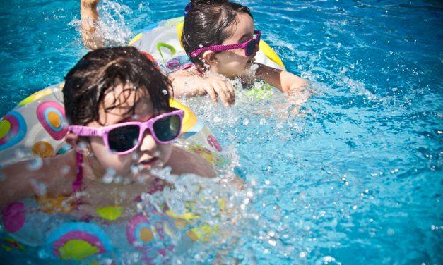 Dziecko na basenie – co powinno mieć w torbie oprócz stroju kąpielowego?